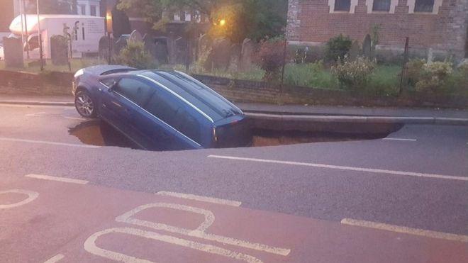У Лондоні автомобіль пірнув у велику яму