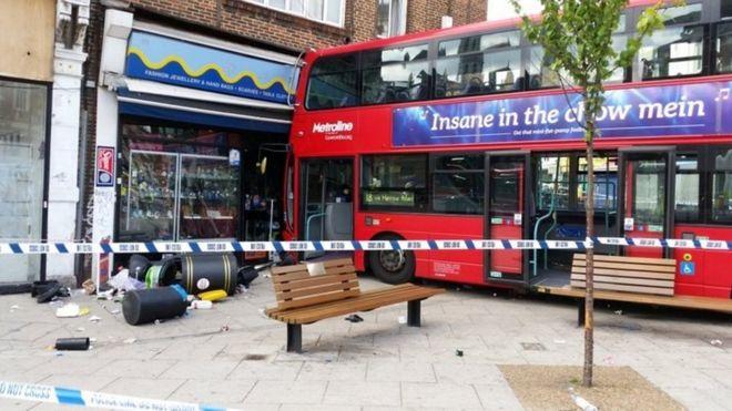 У північному Лондоні автобус залетів у крамницю